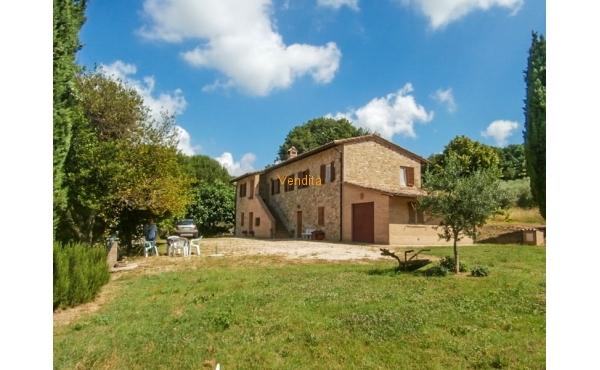 Casale in pietra con terreno e olivi in vendita ad Assisi