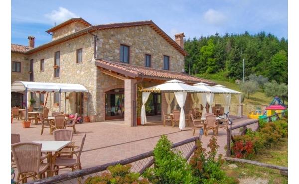 Casale in vendita in Umbria con piscina e vista panoramica