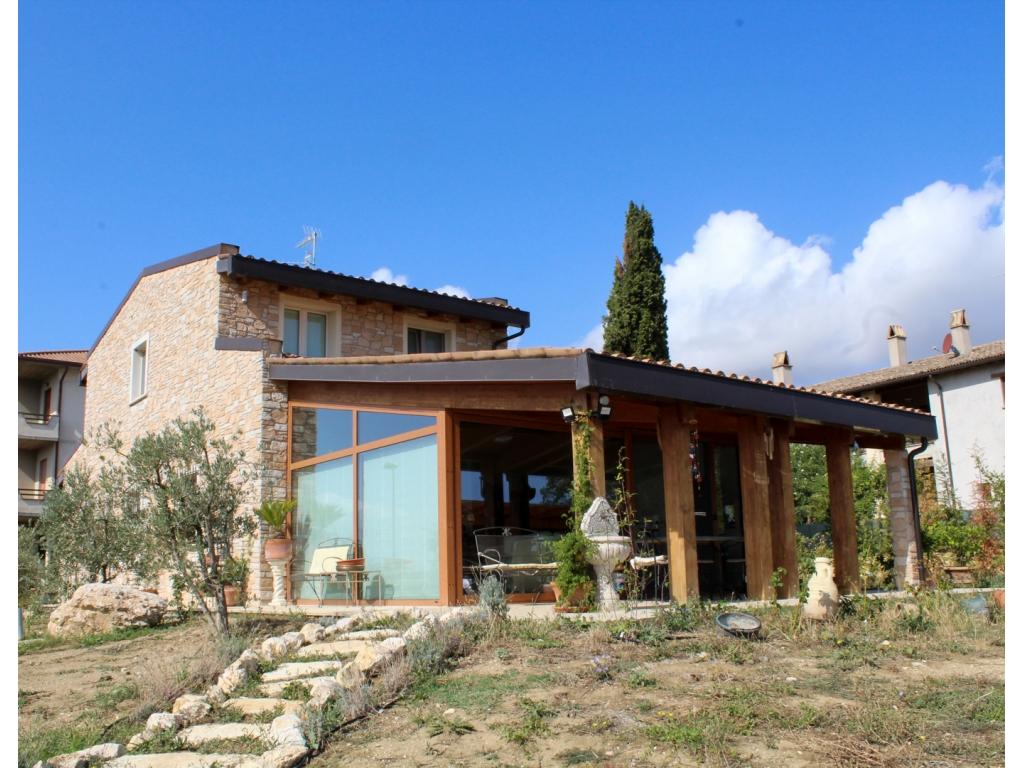 Casa con giardino a montefalco immobiliare assisi for Piccoli piani cabina con soppalco e veranda
