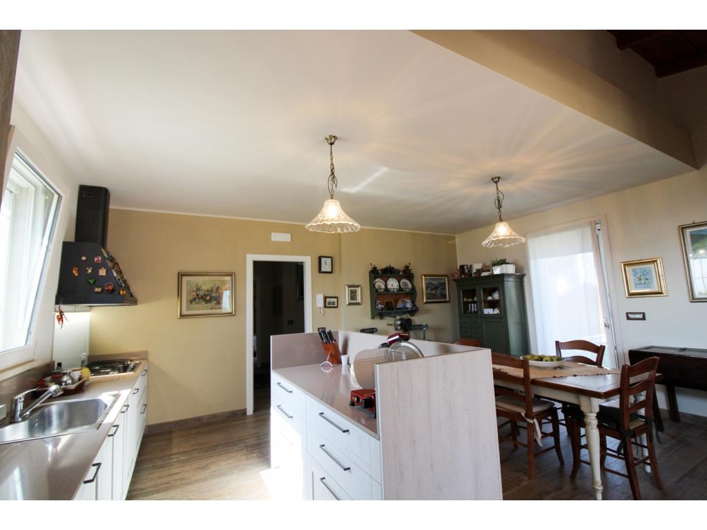 Casa con giardino a montefalco immobiliare assisi for Casa con 2 camere da letto con seminterrato finito in affitto