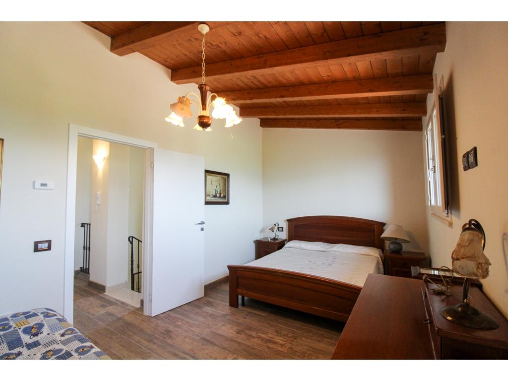 Casa con giardino a montefalco immobiliare assisi for Piani di cabina di 800 piedi quadrati