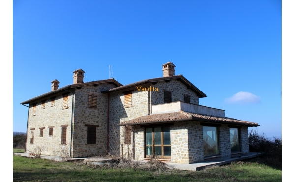 Casale con terreno in collina