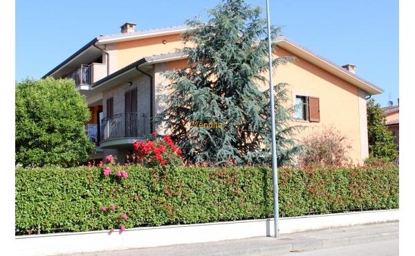 Villa capotesta con giardino