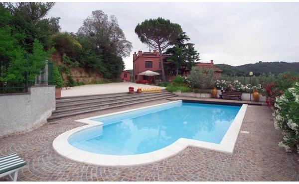 Tenuta in posizione panoramica con piscina
